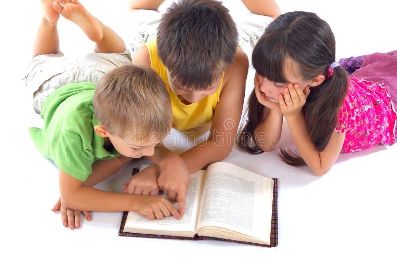 mały czytanie książki obraz stock