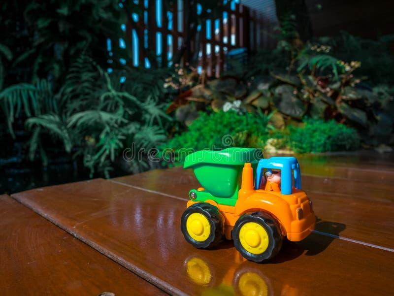 Mały dekoracyjny zabawka ślad przy ogrodowym domem Makro- abstrakcjonistyczna fotografia Budowa, kopalnictwo, budowy wyposażenie zdjęcia stock