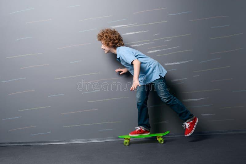 Mały deskorolkarz zyskuje prędkość fotografia royalty free