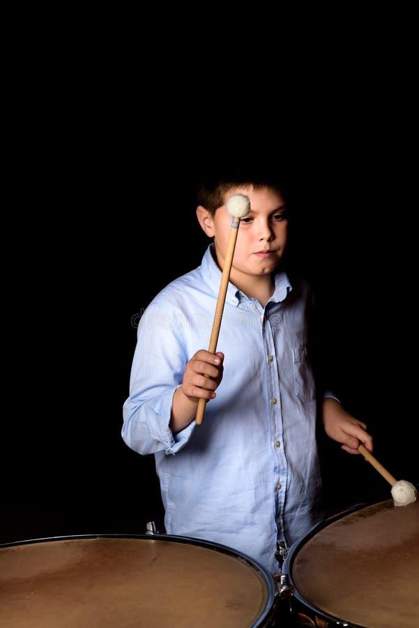 Mały dobosz z drumsticks fotografia stock