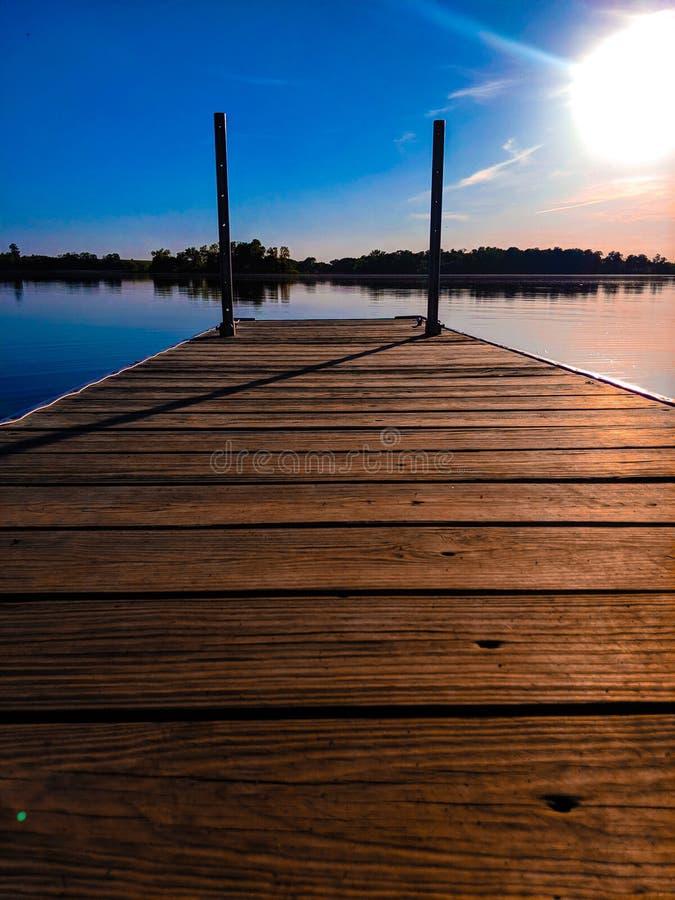 Mały dok na pokojowym jeziorze zdjęcia stock