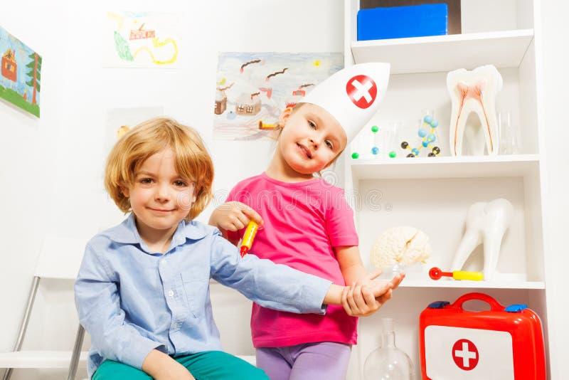 Mały doktorski robi szczepionka przeciw grypie jej pacjent obraz royalty free