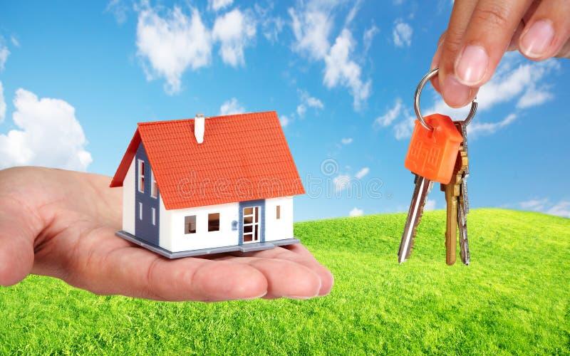 Mały dom i klucze fotografia stock