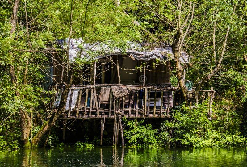 Mały dom jeziorem obraz stock