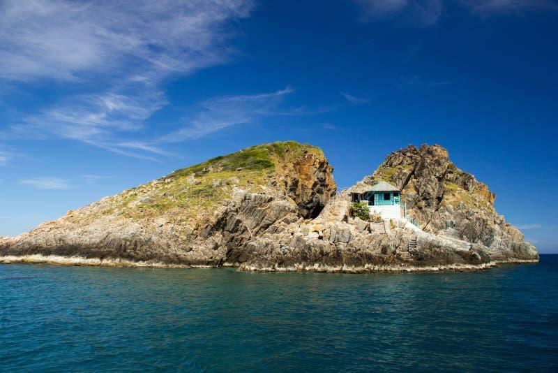 Mały dom na skałach w morzu obrazy royalty free
