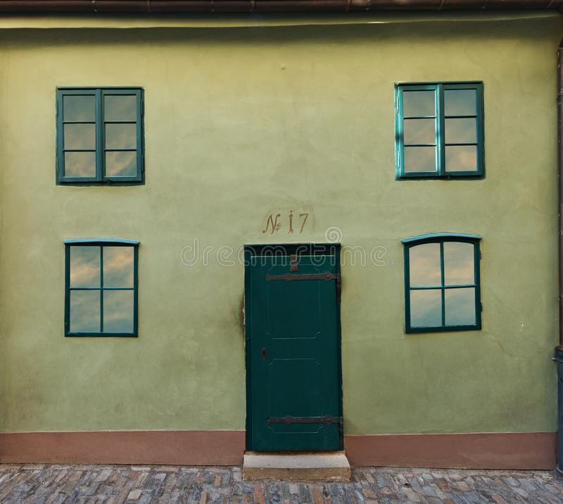 Mały dom na Złotym pas ruchu w Praga kasztelu obraz royalty free