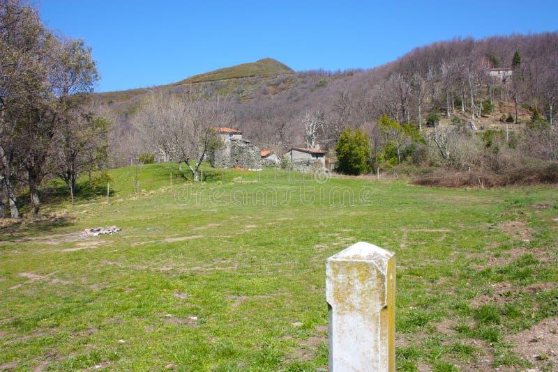 Mały dom w górach porzucać w ampuły zieleni polanie na Apuan Alps w Tuscany, toskanka Apennines obraz royalty free