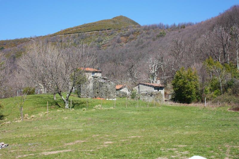 Mały dom w górach porzucać w ampuły zieleni polanie na Apuan Alps w Tuscany, toskanka Apennines obrazy royalty free