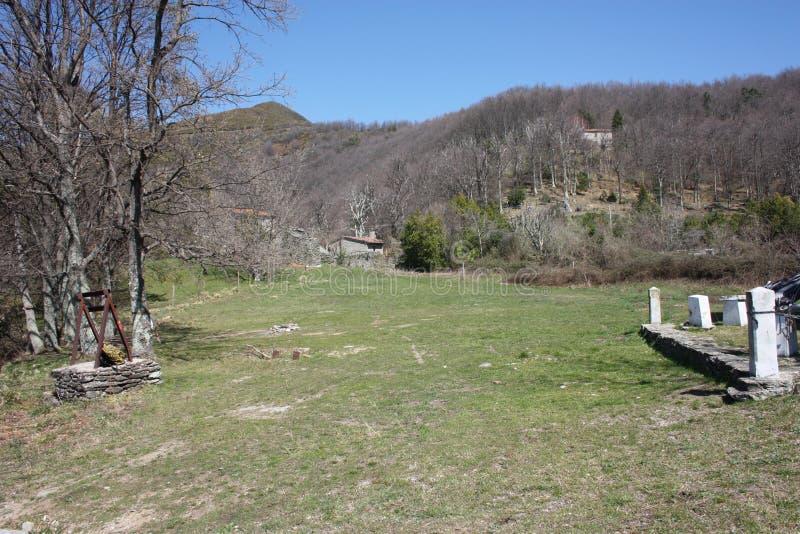 Mały dom w górach porzucać w ampuły zieleni polanie na Apuan Alps w Tuscany, toskanka Apennines zdjęcia stock
