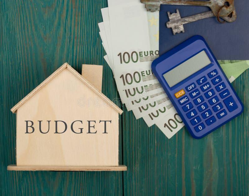 Mały dom z tekstem & x22; Budget& x22; , klucze, kalkulator, paszport, pieniądze zdjęcie stock