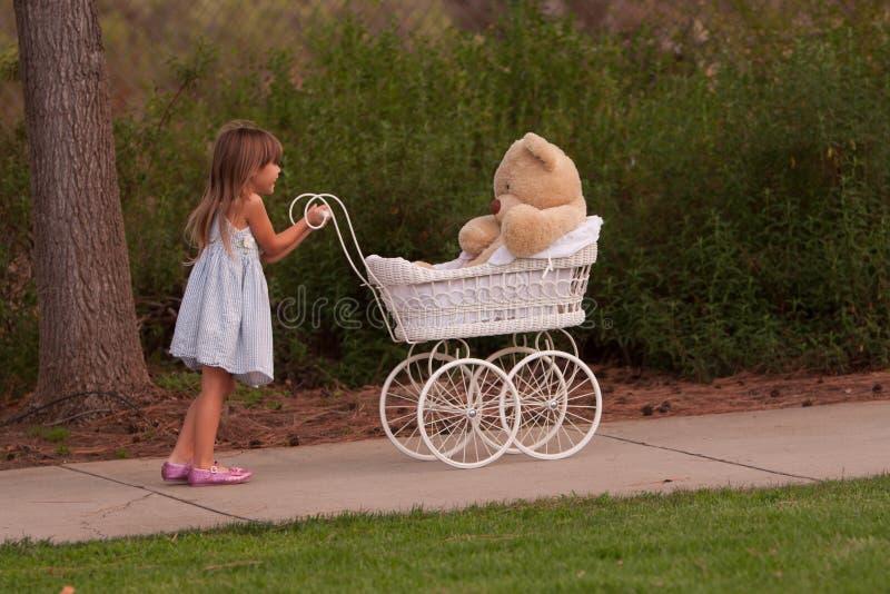 Mały dosunięcie zabawki dziecka powozik który jest biały łozinowy zdjęcia royalty free