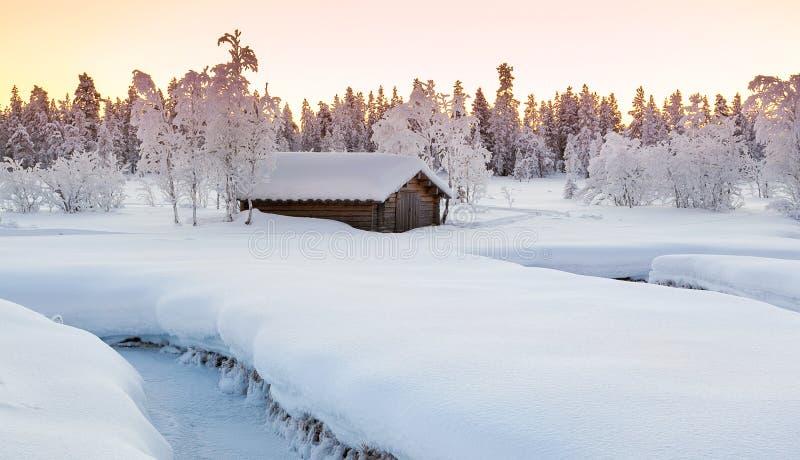 Mały drewniany dom i duży śnieg obraz stock