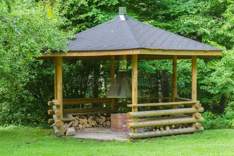 Mały drewniany grilla dom w lesie obraz stock