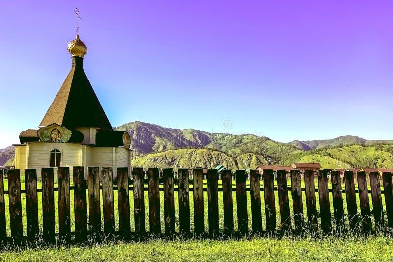 Mały drewniany kościół w dolinie góry, Altai fotografia royalty free