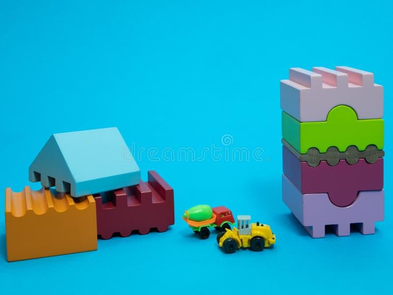 Mały dzieciak bawi się budowę z blokami obraz stock