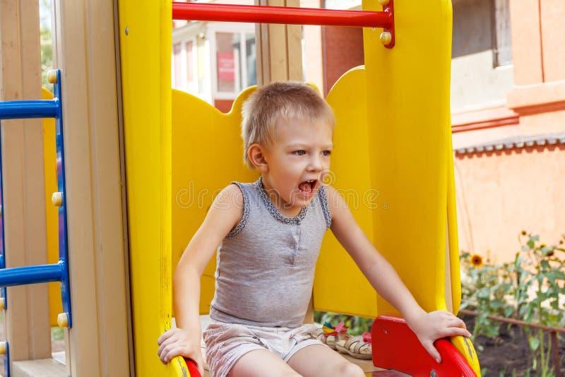 Mały dzieciak na boiska krzyczeć obraz stock