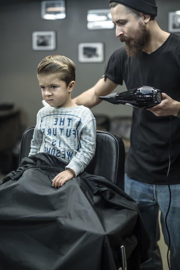 Mały dzieciak w zakładzie fryzjerskim obraz stock