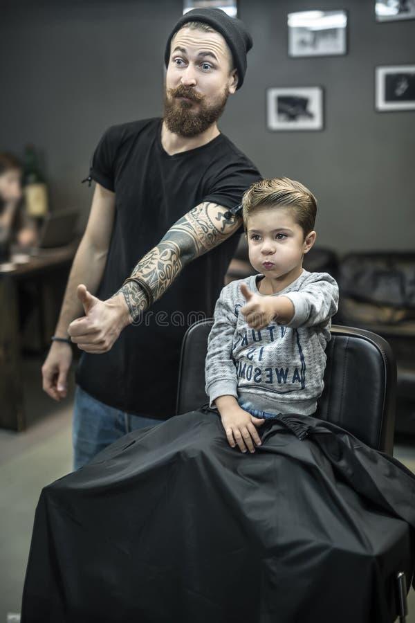 Mały dzieciak w zakładzie fryzjerskim fotografia royalty free