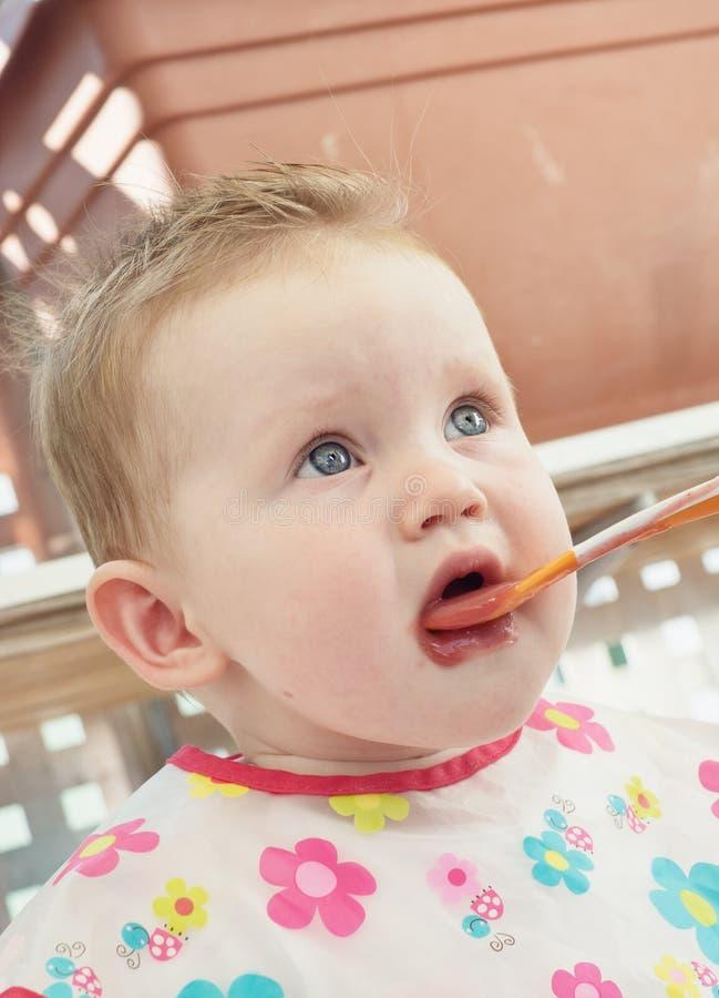 Mały dziecka karmienie z łyżką obraz stock