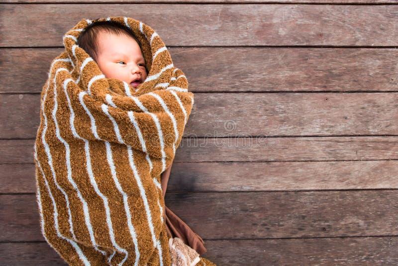 Mały dziecka lying on the beach z futerkową tkaniną na drewno stole zdjęcia royalty free