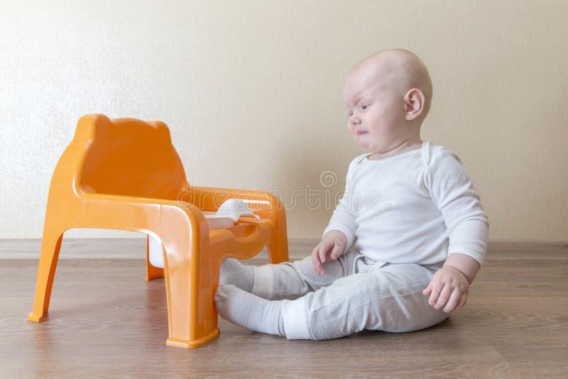 Mały dziecka obsiadanie blisko płaczu i garnka obraz stock