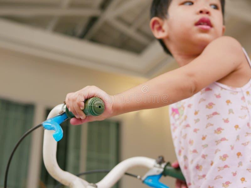 Mały dziecka ` s wręcza mień handlebars uczy się jechać bicykl zdjęcia royalty free