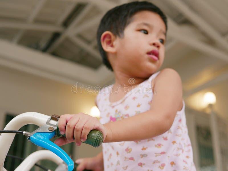 Mały dziecka ` s wręcza mień handlebars uczy się jechać bicykl fotografia stock