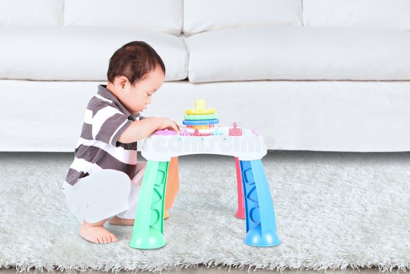 Mały dziecko bawić się z zabawką fotografia stock
