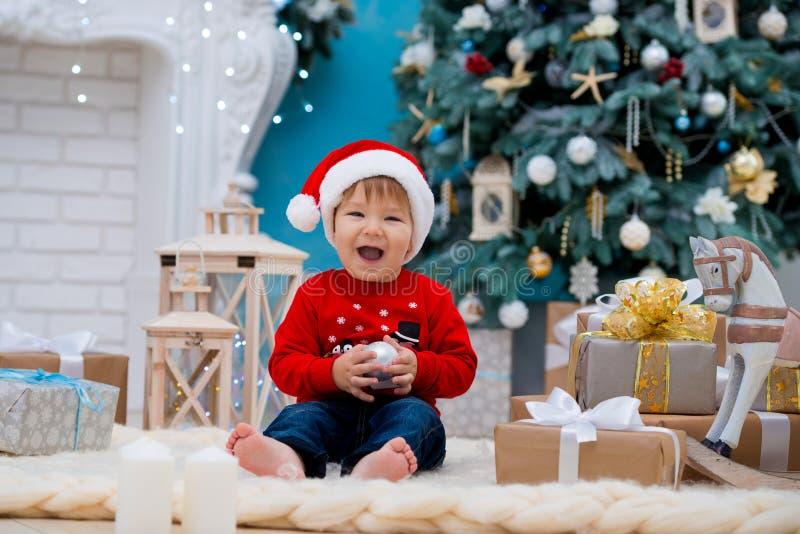 Mały dziecko Santa Claus w bożych narodzeniach kapeluszowych boże narodzenie nowy rok szczęśliwy wesoło Wakacje i prezenty dla dz obraz royalty free