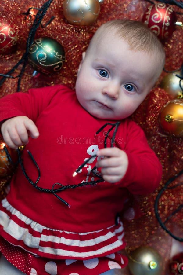 Mały dziecko w świątecznym czerwonym Bożenarodzeniowym stroju obrazy royalty free