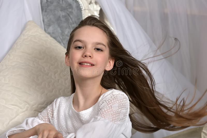 Mały dziecko z długie włosy uśmiechem obrazy royalty free