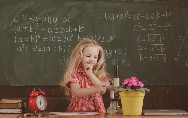Mały dziewczyna chwyta palec na wargach utrzymuje dużego sekret w szkole Dostać sekret, rocznika filtr fotografia stock