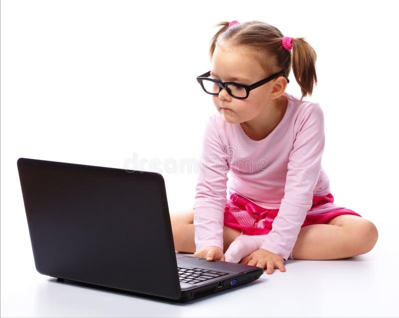 mały dziewczyna laptop zdjęcia royalty free