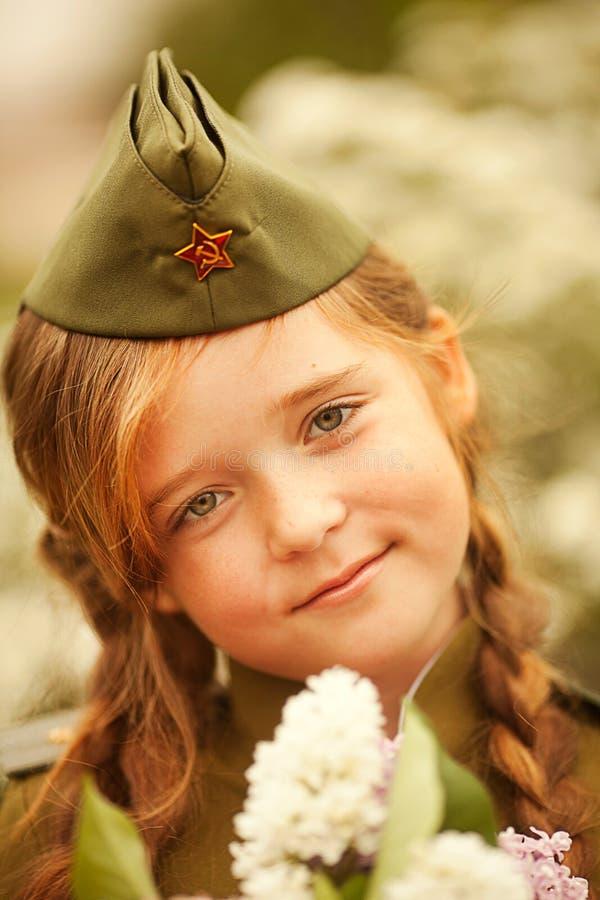 mały dziewczyna wojskowy uniform fotografia royalty free