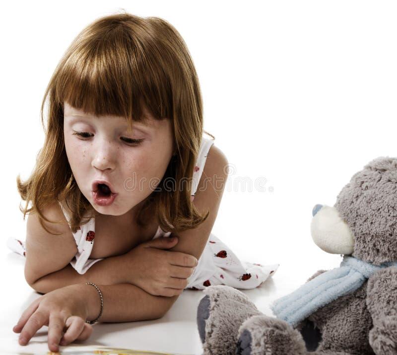 mały dziewczyny czytanie fotografia stock