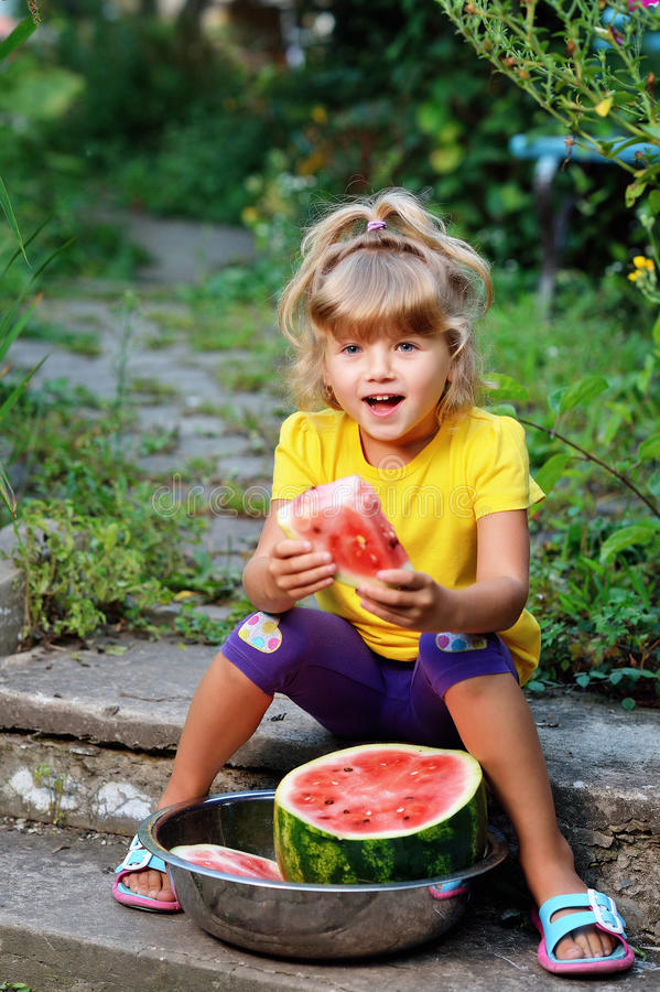 mały dziewczyny jedzący arbuz zdjęcie royalty free