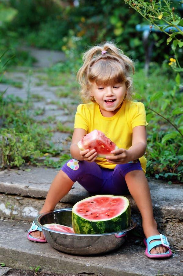 mały dziewczyny jedzący arbuz obraz royalty free