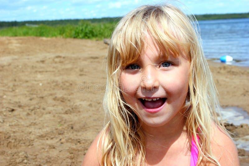 mały dziewczyny jeziora zdjęcia royalty free