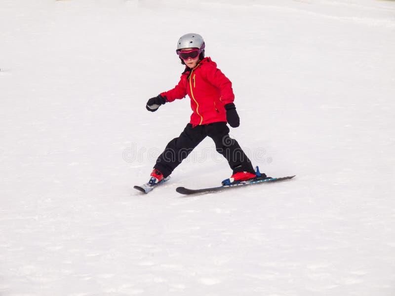 Mały dziewczyny narciarstwo obraz royalty free