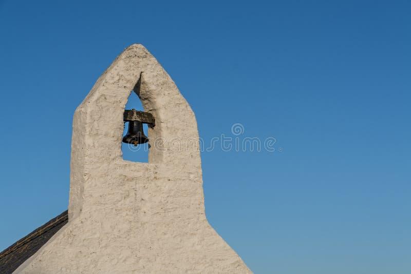 Mały dzwonkowy wierza z dzwonem Walijska kraj kaplica zdjęcia royalty free