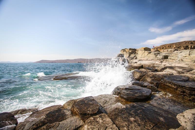 Mały falowy rozbijać przeciw skałom z pluśnięciami zdjęcie royalty free