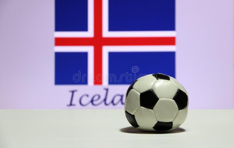 Mały futbol na białej podłoga i out skupia się Islandzką naród flaga z tekstem Iceland tło zdjęcie stock