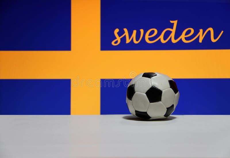 Mały futbol na białej podłoga i szwedzi naród zaznaczamy z tekstem Szwecja tło obraz royalty free