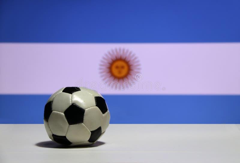 Mały futbol na białej podłoga z out skupia się biel między bławym kolorem i słońcem Argentyna narodu flaga tło obrazy royalty free