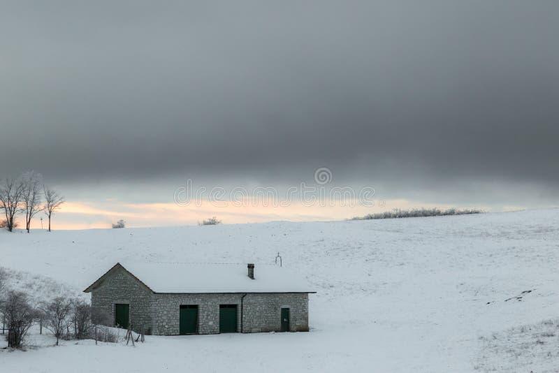 Mały góra odwrót zakrywający śniegiem na Mt Subasio Umbria, Włochy podczas zima sezonu fotografia stock
