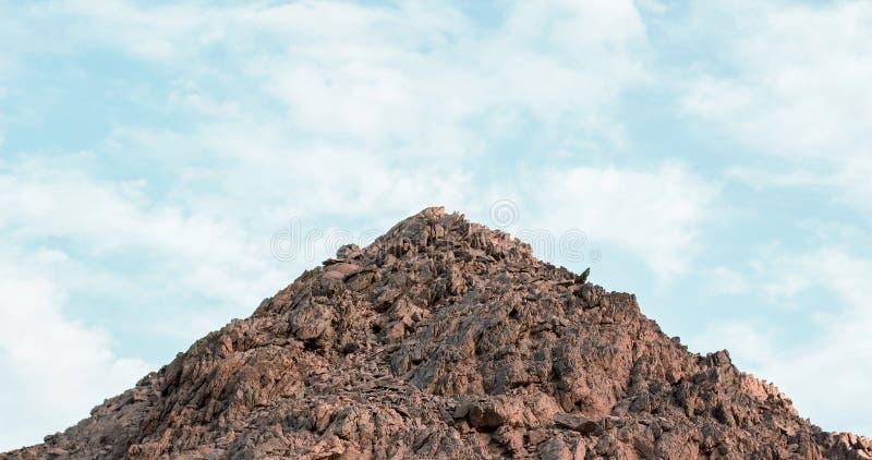 Mały górski stos kamieni symetria prosty krajobraz sceniczny na niebieskim tle puste miejsce na tekst tutaj zdjęcia stock