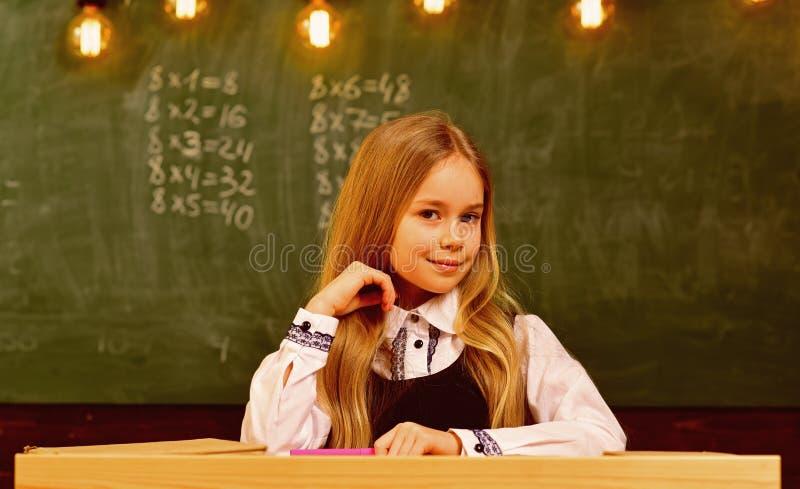 Mały geniusz przy szkołą więcej pomysł mały geniusz przyszłościowy mały geniusz mała genialna dziewczyna ono uśmiecha się przy sz obrazy stock