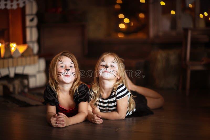 Mały Halloweenowy czarownicy czytanie czaruje nad garnka dzieciństwo h obraz royalty free