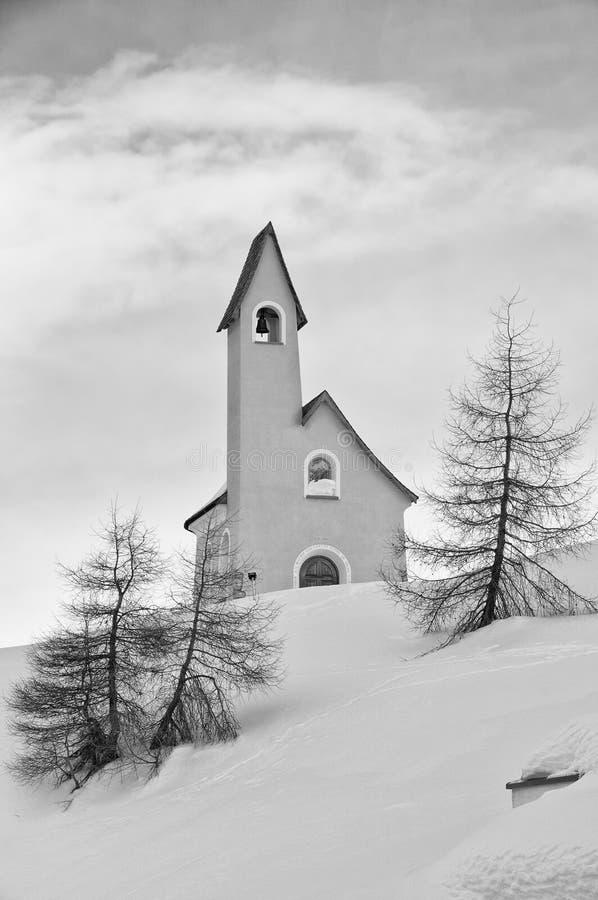 Mały halny kościół w śnieżnym tło zimy czasie zdjęcia royalty free