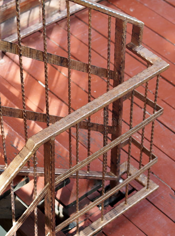Mały hotel w kurorcie schody z brown rocznika włocha retro stylu dokonanego żelaza prostym ogrodzeniem obraz stock